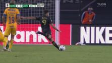 ¡La manda al cielo! Diego Rossi intenta y se pierde el 0-1 de LAFC