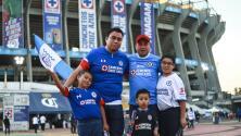 Aficionados de Cruz Azul confían en que su equipo llegará a la final y esperan al América