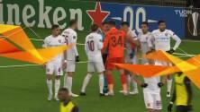 ¡Expulsión! El árbitro saca la roja directa a Cristian Balgradean.