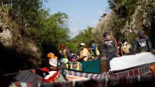 Entre fierros y láminas: Así es el viaje en el tren 'La Bestia' de la caravana de centroamericanos