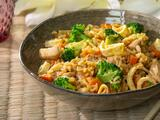 Prepara arroz frito con pollo (agridulce y en 30 minutos)