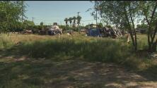 Autoridades de Sacramento desalojaron un terreno baldío que era habitado por indigentes, hay tres arrestos