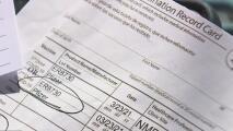 Autoridades castigarán a quienes falsifiquen o compren tarjetas falsas de vacunación