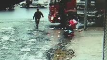 Camión cisterna embiste a dos pequeñas que salen disparadas por el impacto