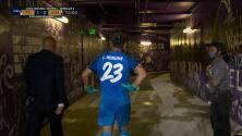 ¡Expulsión! El árbitro saca la roja directa a Leonel Moreira Ledezma.