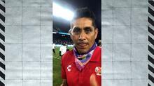 Jorge Campos celebra, mientras Juan Reynoso felicita a los jugadores