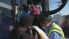 En aviones y autobuses: Aceleran la deportación masiva de inmigrantes que están debajo del puente en Del Río, Texas