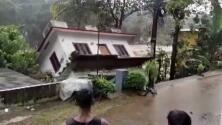 Impotentes, estos indios miran cómo una casa es tragada por el río en plenas inundaciones