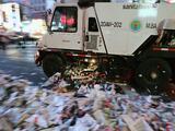 Mujer de 39 años lucha por su vida tras ser atropellada por un camión de basura en Brooklyn