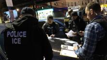 """Gobierno ordena a ICE cesar arrestos en masa de indocumentados y pide ir tras empleadores """"explotadores"""""""