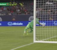 Júnior Urso por poco hace el gol de la semana ante Chicago