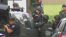 Tres jóvenes sospechosos de robo de auto a mano armada son arrestados tras atrincherarse en un domicilio