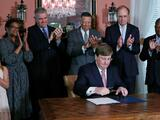 Gobernador de Mississippi firma el acuerdo para retirar el emblema confederado de la bandera estatal