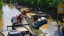 """""""Es aterrador"""": canciller alemana visita zonas afectadas por las inundaciones en medio de labores de limpieza"""