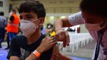 Médicos advierten que la vacuna contra el covid-19 no está autorizada para niños menores de 12 años