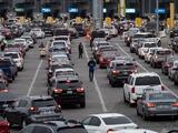 Los negocios ilegales que prosperan frente a los conductores que se forman en la garita de Tijuana