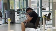 Emotivo reencuentro: hombre llora tras abrazar a su perrita perdida durante 4 años