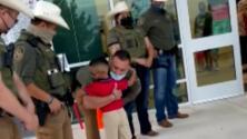 Emotivo inicio de clases: niño es escoltado a la escuela por agentes como homenaje a su padre fallecido