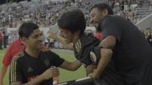 Grandeza fuera de la cancha: Carlos Vela cumple el sueño de un joven parálisis cerebral
