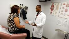 California permitirá que hijos adultos incluyan a sus padres en sus seguros médicos: esto es lo que debes saber