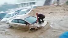Así fueron arrastrados cientos de vehículos por las inundaciones repentinas en Turquía