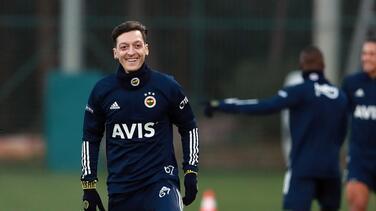 Es oficial: Mesut Özil firmó y es nuevo jugador del Fenerbahçe