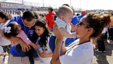 """""""Abrazos, no muros"""": Familias se reúnen en la frontera entre México y EEUU"""