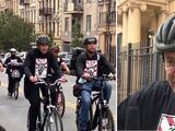 """""""No es un trabajo fácil"""": Schumer recorre las calles de NYC con repartidores de comida y promete ayudarlos"""