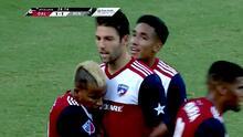 Michael Barrios roba el balón y Ryan Hollingshead fusila al portero
