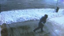 Rompiendo vidrios de puertas y ventanas, así están robando a varios negocios en el norte de Chicago