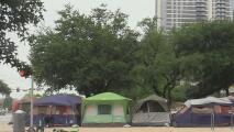 Indigentes ponen tiendas de campaña alrededor del Concilio de Austin en forma de protesta