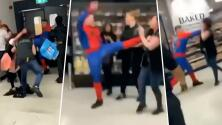 """""""Tipejo"""": Hombre disfrazado de Spiderman noquea a empleada de supermercado"""
