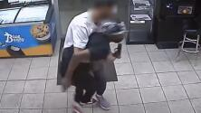 Trabajadores de una tienda pelean con sospechosos tras amenazarlos con un arma para robarlos