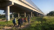 Ordenan liberar a más de 200 inmigrantes encarcelados por operativo del gobernador de Texas