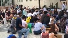 Manifestantes se unen a movimiento nacional y guardan 8 minutos de silencio por la vida de George Floyd