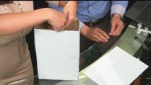 Aprende a crear un proyector del eclipse solar con una caja de cereal, hojas de papel y cinta adhesiva