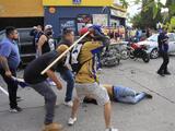 Aficionados del Atlético de San Luis golpean en el suelo a uno del América