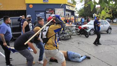 Aficionados del San Luis golpean en el suelo a uno del América