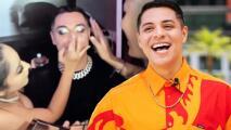 Eduin Caz se presta como modelo durante la presentación de una línea de maquillaje