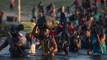 """""""Pasé por 12 países"""": el drama que viven miles de migrantes haitianos que acampan bajo un puente en Texas"""