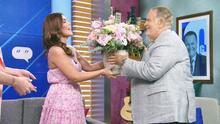 Raúl sorprendió a Karina con unas flores para despedirla de El Gordo y La Flaca