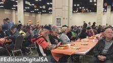 Miles de personas acuden a la cena de Acción de Gracias de la organización Raúl Jiménez