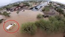 Autoridades rescatan a dos personas del techo de un vehículo en medio de una inundación en Arizona