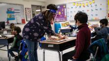 Mascarillas en escuelas: los CDC dicen que maestros y estudiantes vacunados no necesitan usarlas