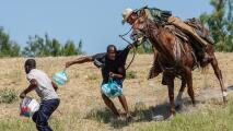 """""""Una tragedia"""": León Krauze sobre imágenes de oficiales de la Patrulla Fronteriza golpeando a migrantes a caballo"""