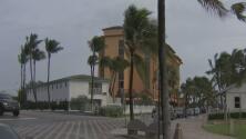 Las lluvias intermitentes y el fuerte oleaje predominan en Deerfield Beach como consecuencia de Dorian