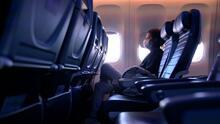 Extienden el uso de mascarillas para pasajeros y empleados de aerolíneas hasta 2022