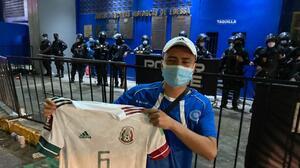 Le hizo el día: Seguidor salvadoreño recibió regalo de Jonathan dos Santos