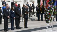 Biden lleva ofrenda floral a tumba del soldado desconocido durante este 'Memorial Day'