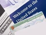 Juez ordena emitir miles de tarjetas de residencia a ganadores de la lotería de visas 2020